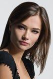 Bella donna che posa su un fondo leggero Immagini Stock