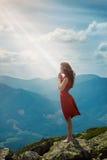 Bella donna che prega nel paesaggio della montagna Fotografie Stock Libere da Diritti