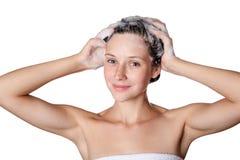 Bella donna che prende una doccia e un lavaggio i suoi capelli capelli di lavaggio con sciampo Fotografia Stock Libera da Diritti