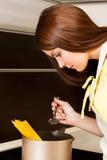 Bella donna che prepara pasta Immagine Stock