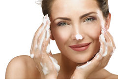 Bella donna che pulisce il suo fronte con un trattamento della schiuma Immagini Stock Libere da Diritti