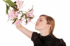 Bella donna che si distende con i fiori fotografia stock