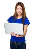 Bella donna che si distende con il suo computer portatile Immagini Stock Libere da Diritti