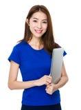 Bella donna che si distende con il suo computer portatile Fotografia Stock Libera da Diritti