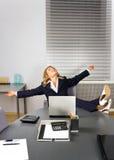 Bella donna che si distende nell'ufficio Immagini Stock Libere da Diritti