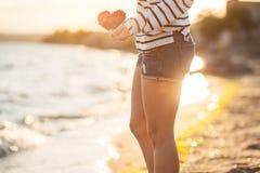 Bella donna che si distende sulla spiaggia Fotografia Stock Libera da Diritti