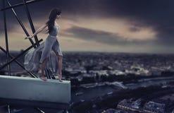 Bella donna che si leva in piedi su un cornicione Fotografia Stock