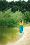 Bella donna che si rilassa al parco Fotografia Stock