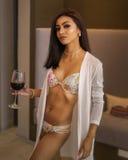 Bella donna che si rilassa in bicchiere dello swimwear di estate di vino fotografia stock