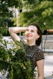 Bella donna che si rilassa nel parco Fotografia Stock Libera da Diritti