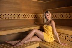 Bella donna che si rilassa nella sauna Fotografie Stock