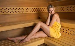 Bella donna che si rilassa nella sauna Immagine Stock