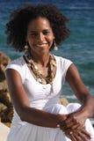 Bella donna che si siede al mare Fotografia Stock Libera da Diritti