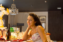 Bella donna che si siede da solo ad una tavola convenzionale fotografia stock libera da diritti