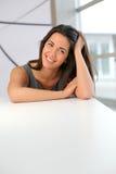 Bella donna che si siede dalla tavola Immagine Stock Libera da Diritti