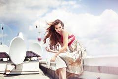 Bella donna che si siede sul tetto Fotografia Stock Libera da Diritti