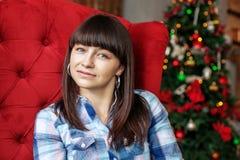 Bella donna che si siede in una stanza Nuovo anno di concetto, Chri allegro Immagine Stock