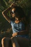 Bella donna che si trova in hammock Immagini Stock