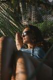 Bella donna che si trova in hammock Fotografia Stock Libera da Diritti