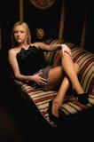 Bella donna che si trova su un sofà di cuoio immagine stock libera da diritti