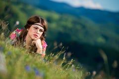 Bella donna che si trova sull'erba Immagine Stock