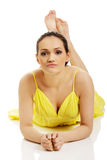 Bella donna che si trova in vestito giallo Fotografia Stock