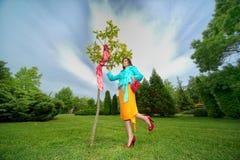 Bella donna che sogna su un campo Fotografia Stock Libera da Diritti