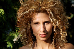 Bella donna che sorride all'aperto - alto vicino Fotografia Stock