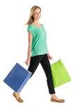 Bella donna che sorride mentre camminando con i sacchetti della spesa Immagine Stock Libera da Diritti