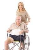 Bella donna che spinge verticale dell'uomo di handicap Immagine Stock