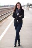 Bella donna che sta alla stazione ferroviaria Fotografie Stock Libere da Diritti