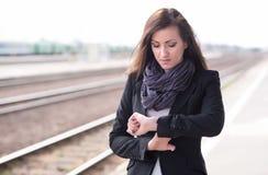 Bella donna che sta alla stazione ferroviaria Fotografia Stock Libera da Diritti