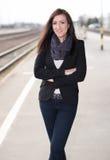 Bella donna che sta alla stazione ferroviaria Fotografia Stock