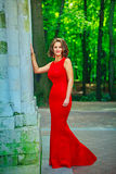 Bella donna che sta e che sorride nel backg naturale abeautiful Immagine Stock Libera da Diritti
