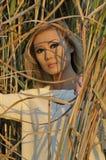 Bella donna che sta nell'erba alta Immagine Stock Libera da Diritti