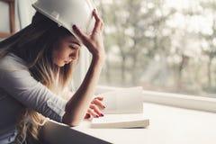 Bella donna che studia per l'esame duro dell'università dal fischio leggente Fotografia Stock