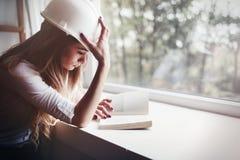 Bella donna che studia per l'esame duro dell'università dal fischio leggente Immagine Stock