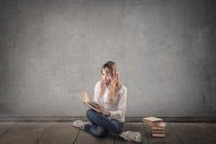 Bella donna che studia sul pavimento Immagine Stock Libera da Diritti