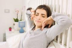Bella donna che sveglia a letto di mattina allungamento rilassato Fotografia Stock Libera da Diritti