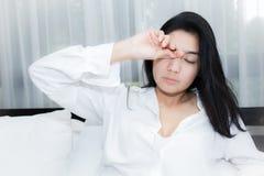 Bella donna che sveglia nel suo letto Fotografia Stock