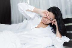 Bella donna che sveglia nel suo letto Fotografie Stock Libere da Diritti