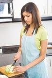 Bella donna che taglia le verdure a pezzi Immagine Stock Libera da Diritti
