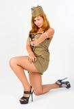 Bella donna che tende in uniforme militare Fotografia Stock