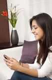 Bella donna che texting per mezzo di un telefono mobile Fotografie Stock