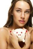 Bella donna che tiene banca piggy Fotografie Stock Libere da Diritti