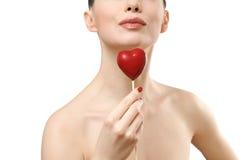 Bella donna che tiene cuore rosso. Fotografia Stock
