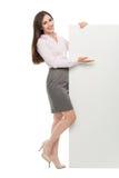 Bella donna che tiene grande manifesto bianco Fotografia Stock