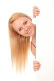 Bella donna che tiene manifesto in bianco Fotografia Stock Libera da Diritti
