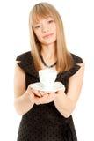 Bella donna che tiene tazza bianca (fuoco su una tazza) Fotografia Stock