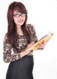 Bella donna che tiene un libro in bianco Immagine Stock